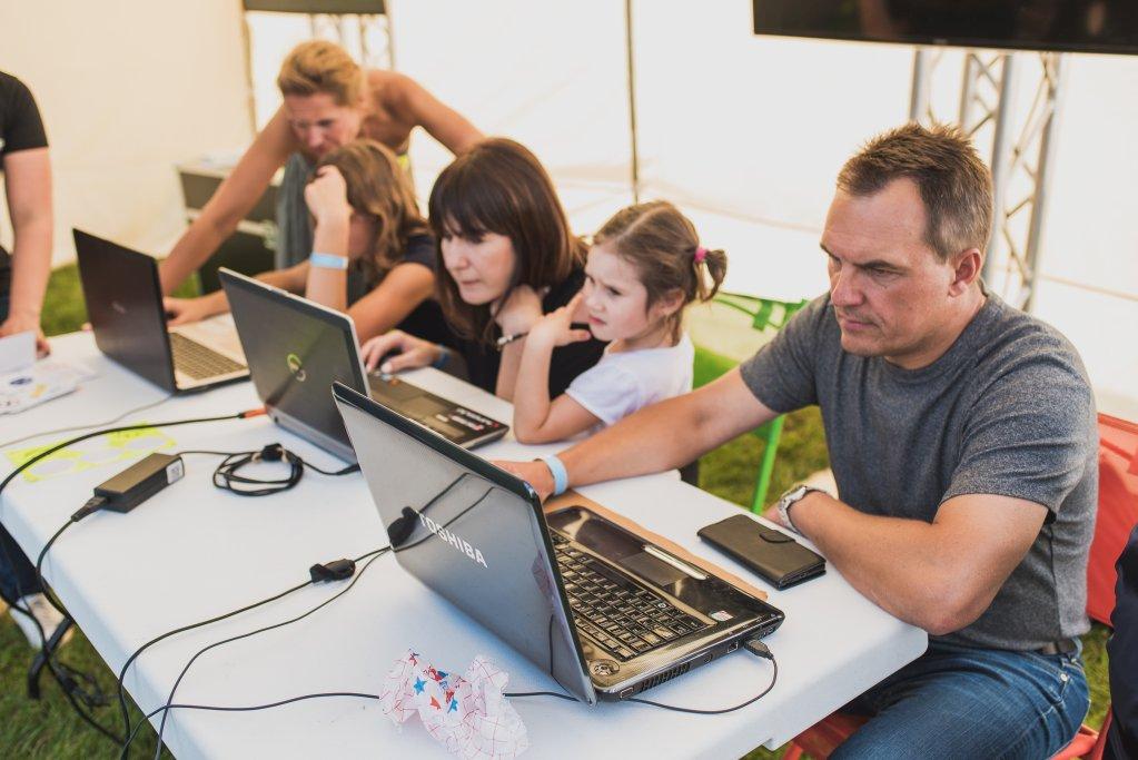ludzie przy komputerach